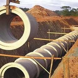 Instalação de tubulação de água pluvial