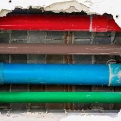 Instalação de tubulação de esgoto em condomínios